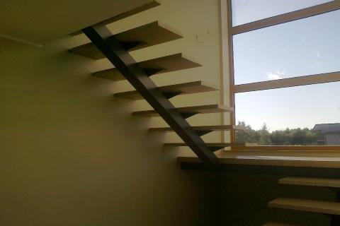 Ühe metalltalaga, puidust astmetega trepp
