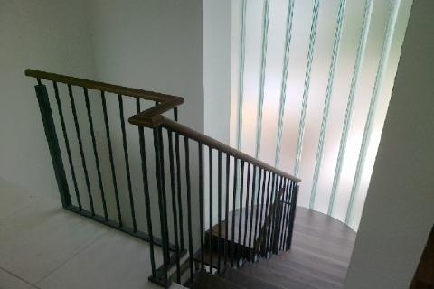 U-kujuline tumeda peitsiga trepp