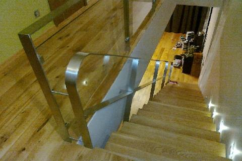 I-kujuline trepp. Metallist käepuudega