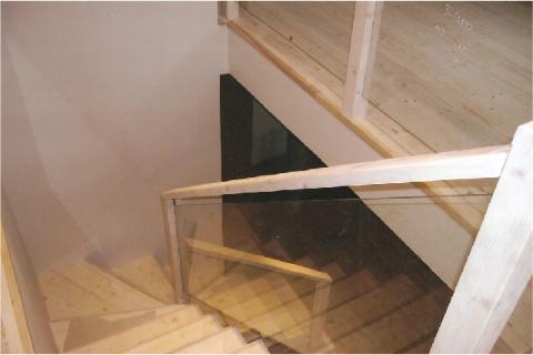 L-kujuline klaaspiiretega puittrepp