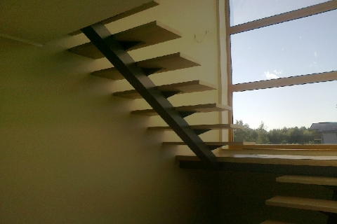 U-kujuline ühe metalltalaga trepp