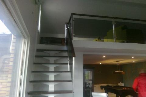 Ühe metalltalaga, klaasist piirdega trepp